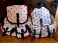 7 plecaki dwa na podlodze