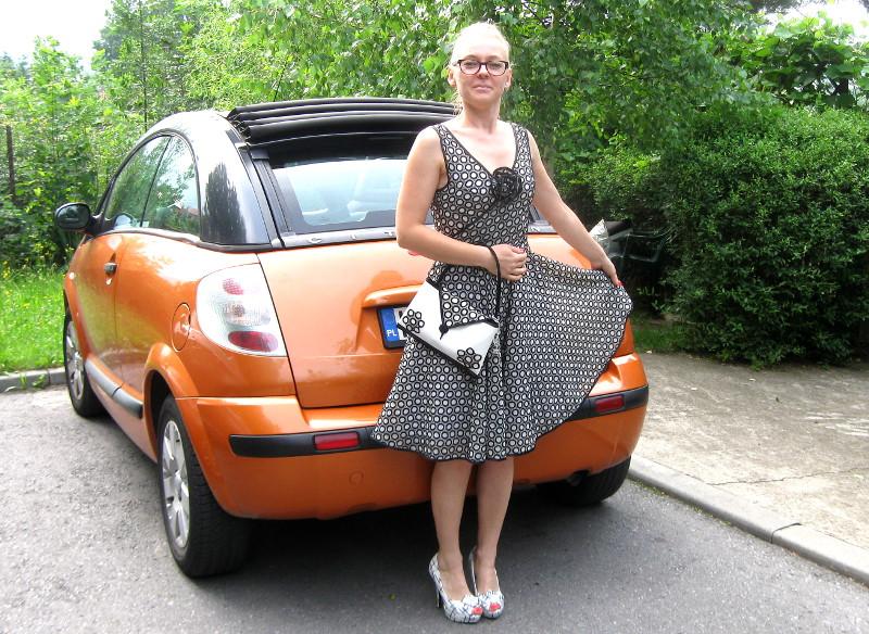 Spódnica, top z broszką i torebka w stylu Retro