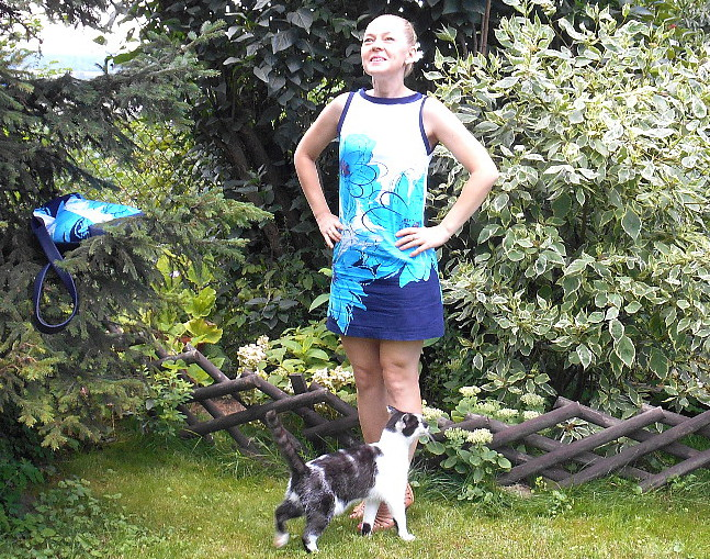 Niebieskie kwiaty na sukience i torebce