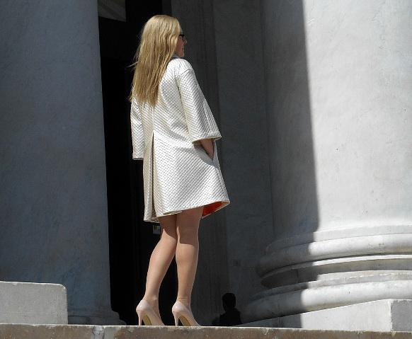 Perłowy płaszcz uszyty do zwiedzania Neapolu